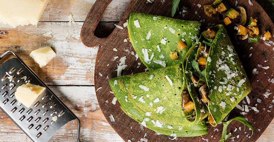 Crepes vegetarianos com legumes e queijo