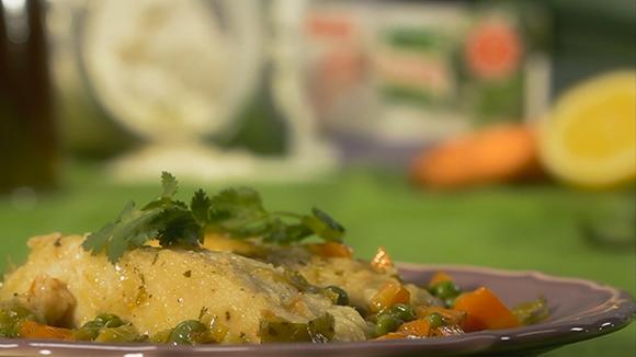 Peixe estufado com cenoura e ervilhas