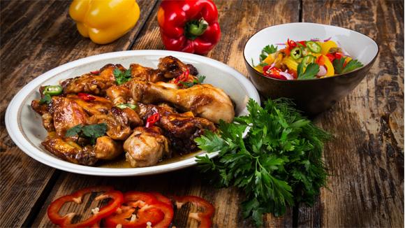 Курица барбекю с салатом из запеченных овощей