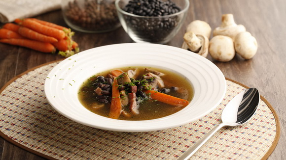 Грибной суп с чёрной фасолью и беконом