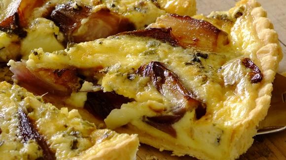 Пирог с голубым сыром, луком и грибами