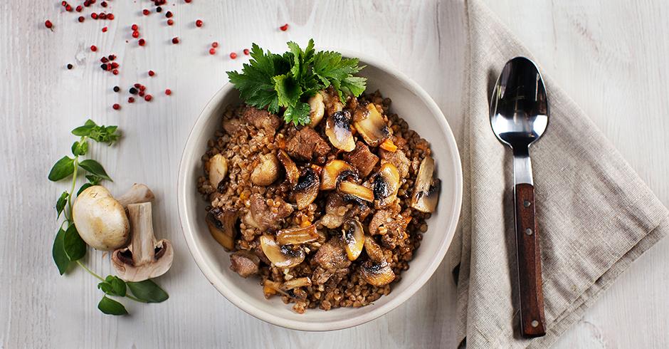 Свинина с овощами, грибами и гречневой кашей
