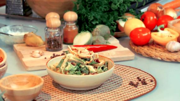 Салат с кальмарами и свежей зеленью