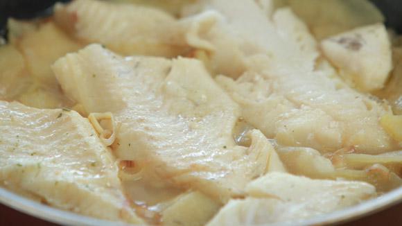Рыба в соусе из лука и яблок