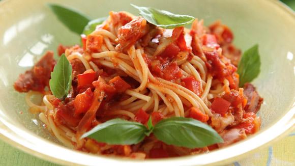 Спагетти с томатным соусом и курицей