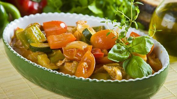 Весеннее овощное рагу с курицей