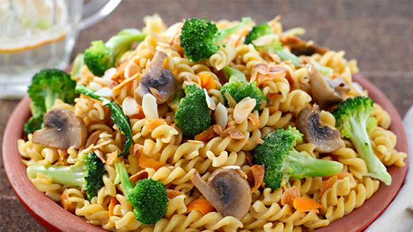 Fesleğen Soslu Mantarlı ve Brokolili Makarna