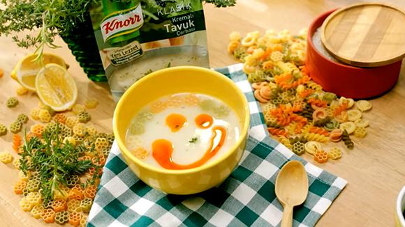 Kremalı Tavuk Çorbası: Renkli Makarnalı