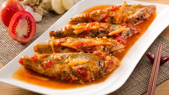 Cá nục kho riềng và cà chua