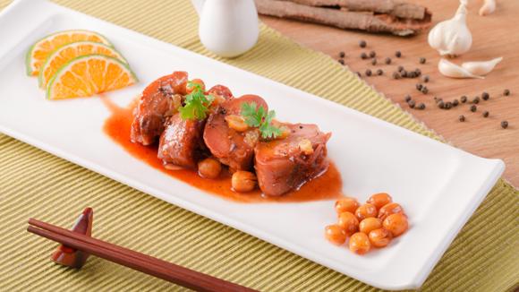 Thịt vịt kho tàu với hạt sen, bột quế và cam tươi