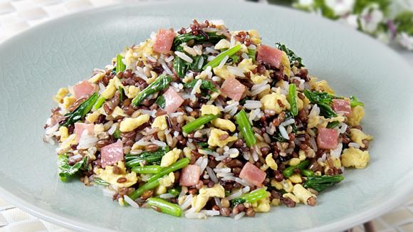 火腿菠菜蛋炒糙米飯
