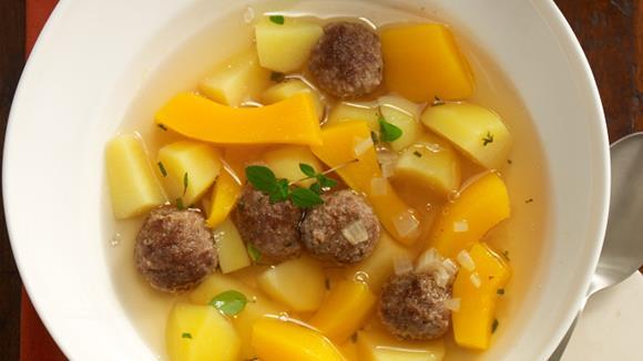 Erdäpfel-Kürbissuppe mit Fleischbällchen