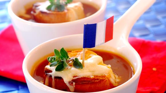 Tomaten-Zwiebelsuppe mit Käsebaguette