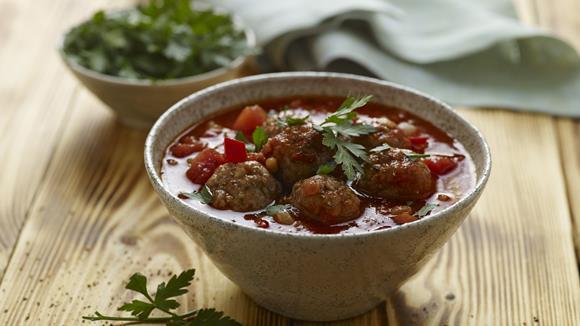 Tomaten-Linsen-Suppe mit würzigen Fleischbällchen