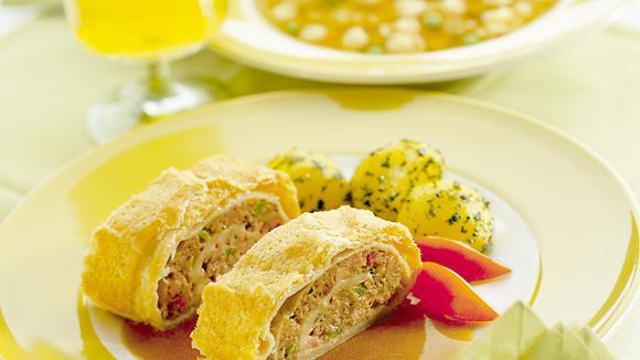 Blätterteig-Roulade mit Faschiertem, Paprika und Schinken