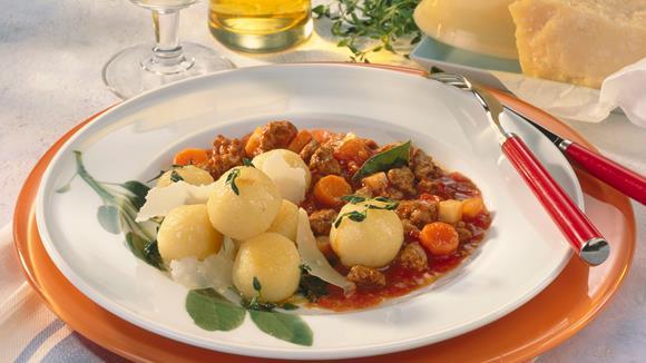 Knödel à la Bolognese mit Karotten, Sellerie und Champignons