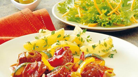 """Gulasch """"Mediterrane Art"""" mit Paprika und Zucchini"""