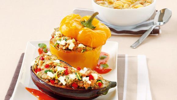 Melanzani und Paprika mit Rindfleisch und Schafkäse gefüllt