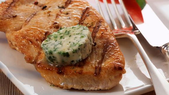 Pikante Steakbutter auf Schweinehalssteak