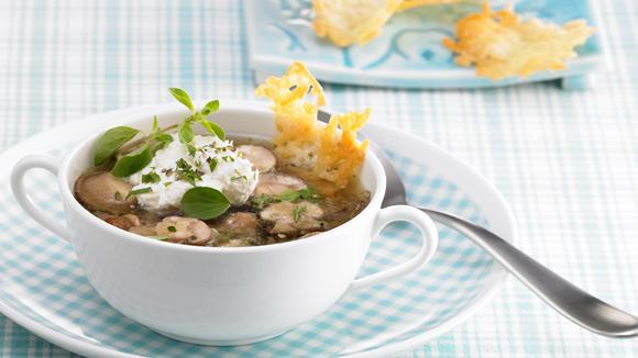 Klare Pilz-Suppe mit Majorancreme