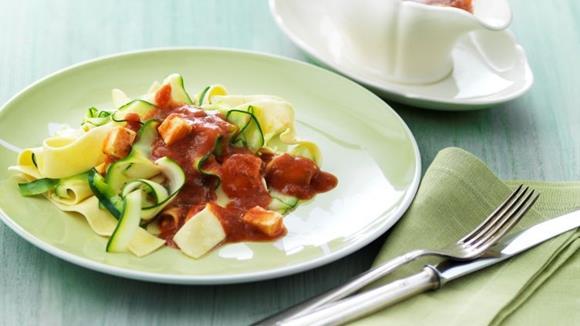 Zucchetti-Nudeln auf Tomatensauce