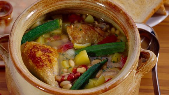 Brunswick Stew mit Poulet, Bohnen, Kartoffeln, Mais und Okraschoten