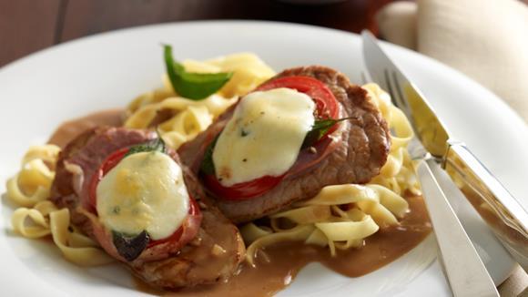 Gratinierte Kalbsschnitzel mit Tomaten und Parmaschinken