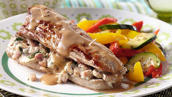 Filet de porc farci, sauce poivre et légumes croustillants