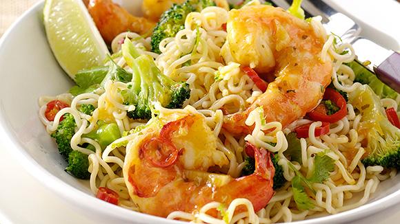 Gewokte garnalen met noedels, broccoli en koriander