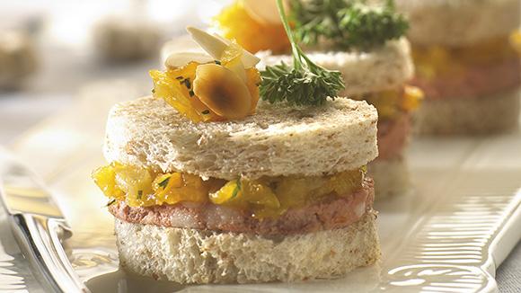 Mini-sandwiches met wildpaté en abrikozenchutney