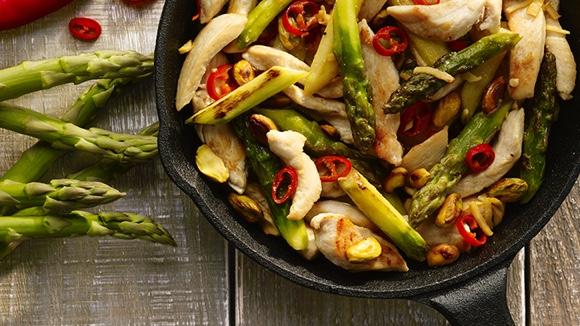 Kip met asperges en pistachenootjes