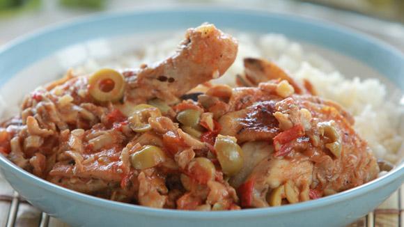 Курица, тушенная с грибами и помидорами