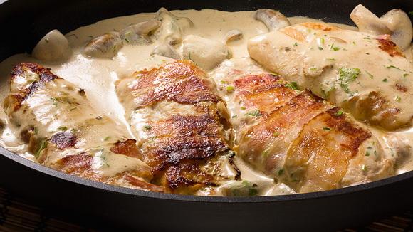 Куриное филе в беконе и грибном соусе