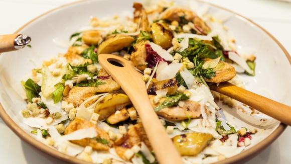 Осенний салат с грушей гриль и сыром пекорино