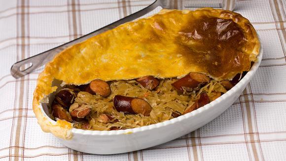Пирог с колбасками и квашеной капустой в пиве